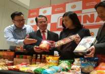 Ilustrasi - Manajemen memperkenalkan produk kerupuk dan saos sambal produksi Grup Sekar di Surabaya./Bisnis - Peni Widarti