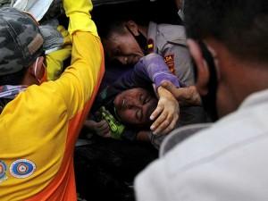 Evakuasi Korban Yang Tertimpa Reruntuhan Bangunan Akibat Gempa di Mamuju Sulawesi Barat