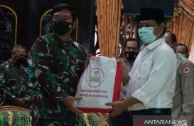 Panglima TNI Serahkan Bantuan Presiden untuk Korban Banjir Kalsel