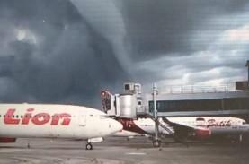 Fenomena Awan Mirip Gelombang Tinggi Muncul di Bandara…