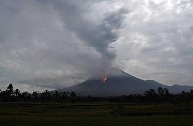 Gunung Semeru Muntahkan Awan Panas Sejauh 4,5 Kilometer