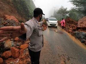 Jalan KM 30 Gunung Salak Aceh Utara Tertimbun Tanah Longsor