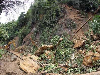 Akses Jalan Menuju Lokasi Gempa di Mamuju Sulawesi Barat Tertutup