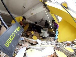 Warga Mencari Barang Berharga Dari Rentuhan Bangunan Pasca Gempa Bumi di Mamuju