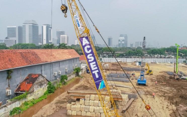 Sebuah crane tengah beroperasi di proyek Wisma Pertamina. Proyek tersebut  digarap oleh PT Acset Indonusa Tbk. pada 2018. - acset