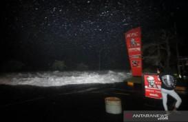 Dihantam Ombak Besar, Air Laut Banjiri Kawasan Bisnis Manado