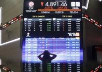 Karyawan beraktivitas di dekat layar pergerakan Indeks Harga Saham Gabungan (IHSG) di Bursa Efek Indonesia, Jakarta, Kamis (10/9/2020). Pada perdagangan Rabu (10/9) IHSG sempat mengalami trading halt dan ditutup anjlok 5,01% atau 257,91 poin menjadi 4.891,46. Bisnis/Himawan L Nugraha