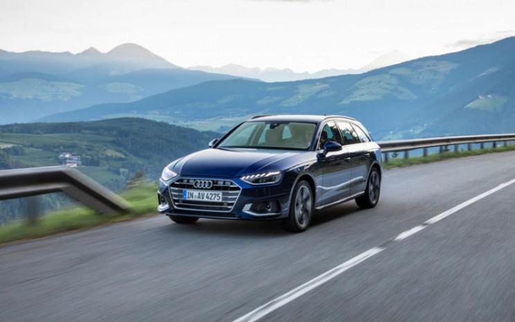 Audi A4 Avant. Konsumsi bahan bakar gabungan dalam l / 100 km: 9,2 - 3,8; gabungan emisi CO2 dalam g  -  km: 211 / 100. Efisiensi konsumsi bahan bakar dan emisi CO2 juga tergantung pada ban dan pelek alloy wheel. AUDI