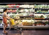 Konsumen memilih sayuran di salah satu super market di Jakarta, Rabu (9/9/2020). Bisnis/Abdullah Azzam