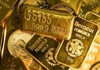 Tumpukan emas dengan berat dan ukuran yang berbeda-beda dijual di Gold Investments Ltd. di London, Inggris, Rabu (29/7/2020)./Bloomberg-Chris Ratcliffe