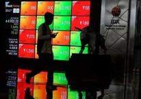 Pengunjung berjalan di dekat papan elektronik yang menampilkan perdagangan harga saham di kantor PT Bursa Efek Indonesia (BEI)  di Jakarta, Jumat (25/9/2020). Bisnis/Dedi Gunawan
