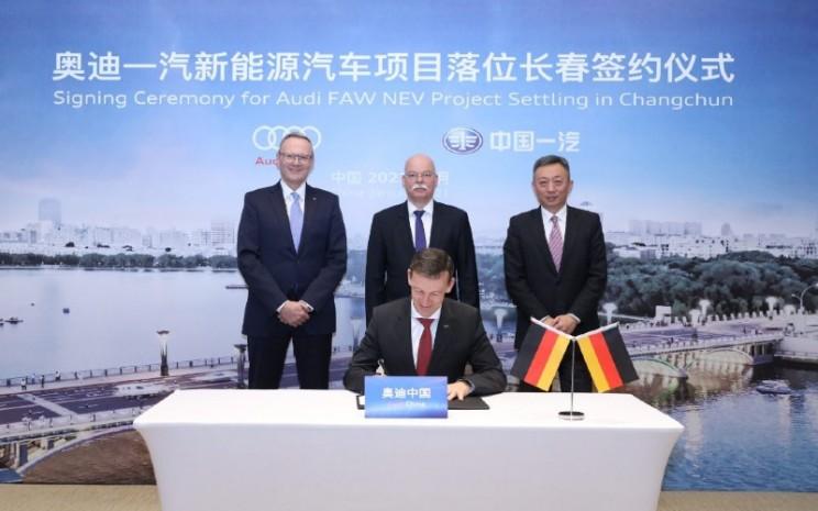 Dari kiri: Stephan Wllenstein, CEO Volkswagen Group China; Clemens von Goetze, Duta Besar Jerman untuk China; Liu Yunfeng, Wakil Presiden Eksekutif Grup Volkswagen China; Werner Eichhorn, Presiden Audi China.  - Volkswagen