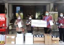 Zulfakar Ali, Kepala Fasilitas Produksi Unilever Surabaya menyerahkan bantuan kemanusiaan penanggulangan pandemi Covid-19 berupa 15.000 unit barang bantuan yang diterima oleh Walikota Surabaya Tri Rismaharini. Istimewa
