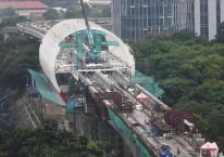 Pekerja menyelesaikan proyek pembangunan LRT Jabodebek di Jakarta, Jumat (4/12/2020). Pemerintah akan menggenjot penyelesaian 38 Proyek Strategis Nasional (PSN) di tahun 2021 dengan total nilai investasi sebesar Rp464,6 triliun./ANTARA FOTO-Akbar Nugroho Gumay