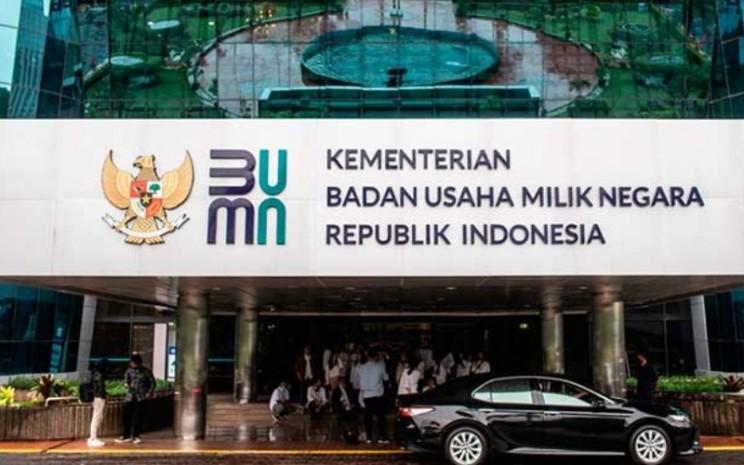 Logo baru Kementerian Badan Usaha Milik Negara (BUMN) terpasang di Gedung Kementerian BUMN, Jakarta, Kamis (2/7/2020). - ANTARA FOTO/Aprillio Akbarrn