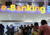 Pengunjung mendapat penjelasan dari penjaga stan PT Bank Rakyat Indonesia (Persero) Tbk sebelum pandemi./Antara