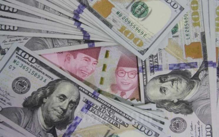 Tumpukan uang dolar dan rupiah di Kantor Cabang Bank Mandiri di Jakarta, Kamis (14/1/2021). Bisnis - Himawan L Nugraha