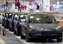 Tesla Model 3 tengah diproduksi di pabrik Shanghai, China, 7 Januari 2020. -Reuters
