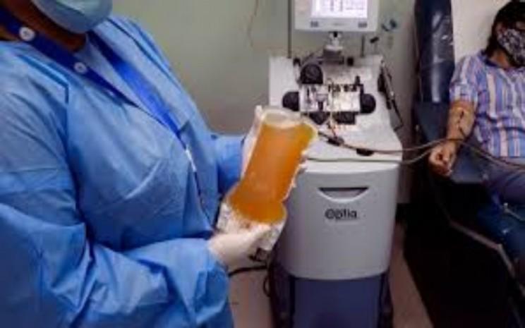 Plasma darah dari penyintas virus corona (Covid-19) dipegang oleh petugas medis. - ilustrasi