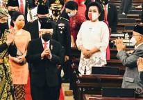 Presiden Joko Widodo (kiri) bersama Wakil Presiden Ma\'ruf Amin menyapa anggota DPR saat mengahadiri Sidang Tahunan MPR dan Sidang Bersama DPR-DPD di Jakarta, Jumat (14/8/2020)./Biro Pers Sekretariat Presiden-Muchlis Jr