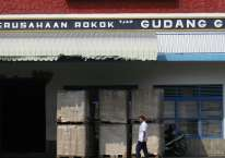 Seorang pekerja melintas di depan pabrik PT Gudang Garam Tbk. Kediri, Jawa Timur./Antara - Arief Priyono