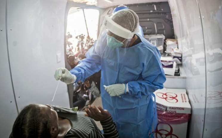 Seorang perawat bertugas di sebuah kendaraan pengujian di Johannesburg, Afrika Selatan./ Peneliti menemukan varian baru virus corona. - Antara/Xinhua (Shiraaz Mohamed)