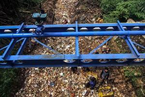 Kali Baru Cijantung di Cimanggis, Depok, Jawa Barat Dipenuhi Sampah