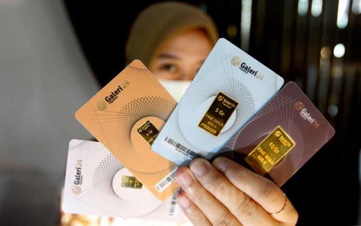 Karyawati menunjukan emas batangan di Kantor Pusat Pegadaian, Jakarta, Selasa (5/5/2020). Bisnis - Himawan L Nugraha
