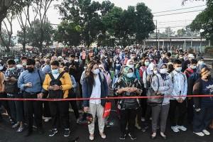 Penumpang KRL di Stasiun Bekasi Menumpuk Akibat Pembatasan Jumlah Penumpang