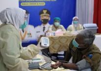Petugas vaksinator menunjukkan tensi darah Bupati Kabupaten Ogan Komering Ilir Iskandar saat proses pemberian vaksin Covid-19. istimewa