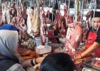 Pedagang daging sapi segar melayani konsumen, di  Pasar Modern, Serpong, Tangerang Selatan, Senin (2/6/2019)./Bisnis-Endang Muchtar