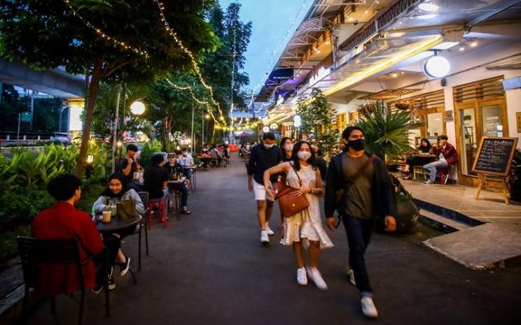 Orang-orang  yang bekerja di restoran dan cafe lebih rentan  terinfeksi virus corona./ANTARA FOTO - Rivan Awal Lingga