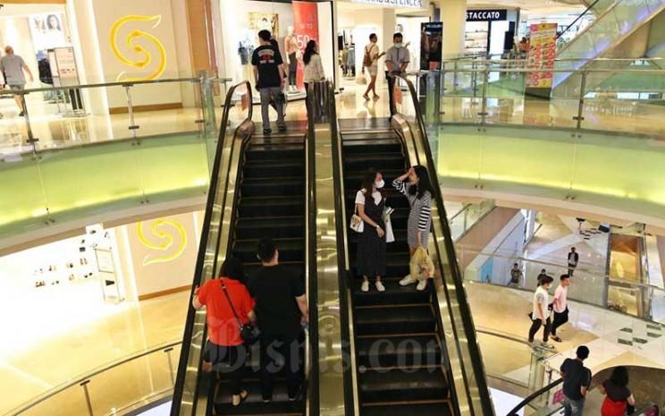 Pengunjung berada di salah satu pusat perbelanjaan di Jakarta, Minggu (15/3/2020). Bisnis - Eusebio Chrysnamurti