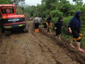Warga Bergotong Royong Membuka Akses Jalan Yang Tertutup Tanah Longsor di Lereng Gunung Merapi