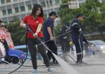 Teresa Wibowo (keempat dari kanan) ikut membersihkan Bunderan Air Mancur Tugu Selamat Datang Hotel Indonesia menggunakan produk dari Nilfisk High Pressure Cleaner di Jakarta, Sabtu (19/4). ANTARA FOTO/Widodo S. Jusuf