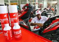 Mekanik mendemonstrasikan penggunaan produk Honda Injector & Part Cleaner saat peluncurannya di Mitra Pinasthika Mulia Part Centre, Sidoarjo, Jawa Timur, Jumat (23/2/2018)./JIBI-Wahyu Darmawan