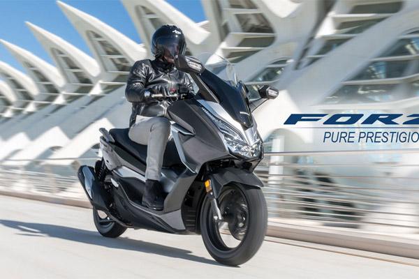 Skuter matik Honda Forza. Segmen skuter matik atau skutik menjadi tulang punggung penjualan industri sepeda motor di Indonesia.  - Honda
