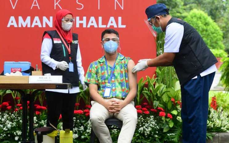 Raffi Ahmad melaksanakan suntik vaksin Covid-19 dosis kedua bersama Presiden Joko Widodo (Jokowi), Rabu (27/1/2020).  -  Muchlis Jr / Biro Pers Sekretariat Presiden