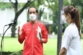 Cekrek! Gaya Santai dan Sporty Jokowi Disuntik Vaksin…