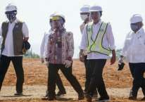 Presiden Joko Widodo (tiga kanan) didampingi Kepala Badan Koordinasi Penanaman Modal (BKPM) Bahlil Lahadalia (tiga kiri), Menteri Badan Usaha Milik Negara (BUMN) Erick Thohir (kiri), Bupati Batang Wihaji (empat kiri) dan jajaran menteri lainnya berbincang saat peninjauan Kawasan Industri Terpadu Batang dan Relokasi Investasi Asing ke Indonesia di Kedawung, Kabupaten Batang, Jawa Tengah, Selasa (30/6/2020). /ANTARA