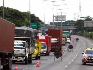 Kemacetan Parah Akibat Jalan Tol Surabaya-Gempol KM 06+200 Ambles