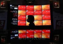 Karyawan beraktivitas didepan papan elektronik yang menampilkan pergerakan Indeks Harga Saham Gabungan (IHSG) di Bursa Efek Indonesia, Jakarta, Senin (30/11/2020). Bisnis/Eusebio Chrysnamurti