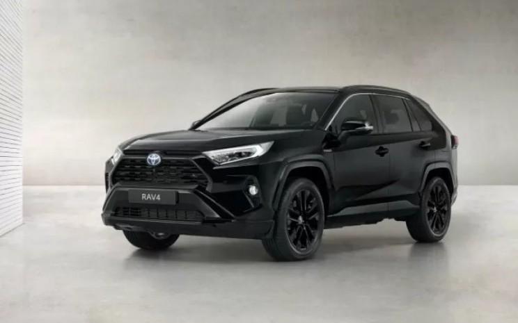 Toyota RAV4 Hybrid Black Edition. Pencapaian baru dari Toyota ini ditopang oleh RAV4 yang menjadi mobil terlaris perusahaan sepanjang 2020.   - TOYOTA