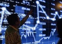 Petugas menjelaskan tata cara berinvestasi kepada calon investor di gedung Jakarta Investment Center (JIC), Jakarta, Kamis (2/8/2018)./JIBI-Felix Jody Kinarwan