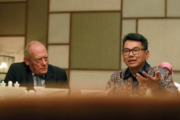 Presiden Direktur PT Aberdeen Standard Investments Indonesia Omar S. Anwar (kanan) menjawab pertanyaan, didampingi Chairman of Standard Life Aberdeen plc Sir Gerry Grimstone, saat media gathering di Jakarta, Rabu (10/10/2018). - JIBI/Dwi Prasetya