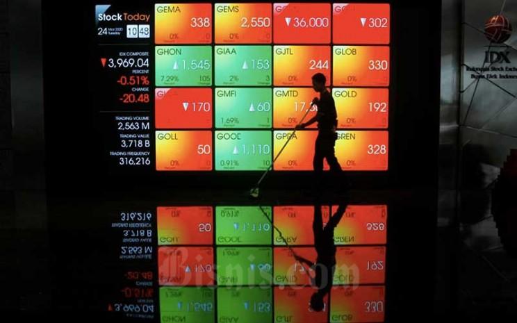 Karyawan berada di dekat layar pergerakan Indeks Harga Saham Gabungan (IHSG) di Bursa Efek Indonesia (BEI), Jakarta, Selasa (24/3/2020). Bisnis - Himawan L Nugraha