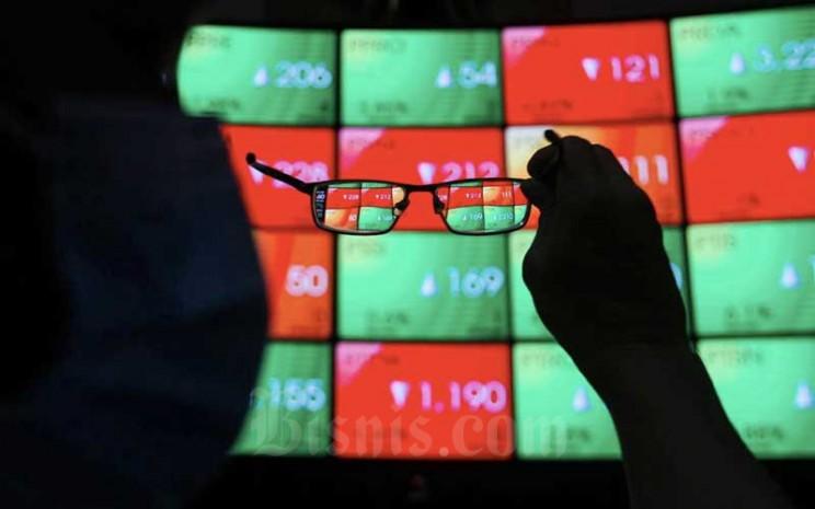 Karyawan mengamati pergerakan saham di galeri PT Bursa Efek Indonesia (BEI), Jakarta, Kamis (19/11/2020). Bisnis - Arief Hermawan P