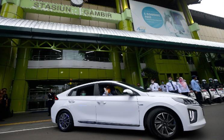 Menteri Perhubungan Budi Karya Sumadi mengendarai mobil listrik saat diluncurkan sebagai kendaraan dinas Kementerian Perhubungan di Stasiun Gambir, Jakarta, Rabu (16/12/2020).  - ANTARA FOTO
