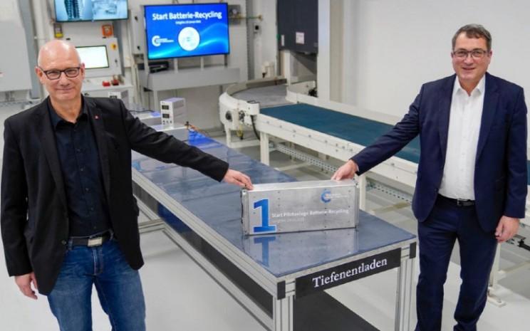 Andreas Salewsky (kanan), Manajer Pabrik Volkswagen Group Components Salzgitter, dan Dirk Windmller, Ketua Dewan Pekerja Lokal.  - Volkswagen