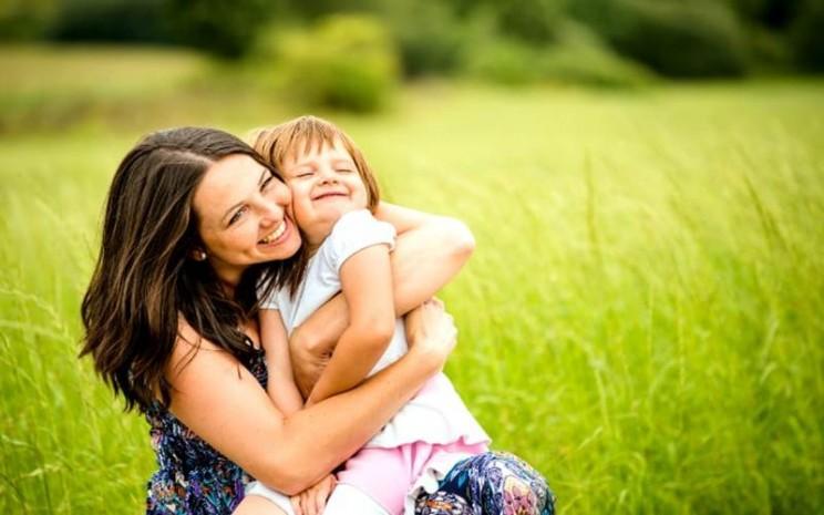 Ilustrasi orang tua memeluk anak